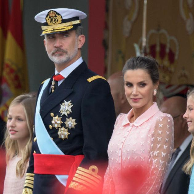 レティシア妃の美しさに目を奪われる! ナショナルデー式典にスペイン国王一家が勢揃い - セレブニュース   SPUR