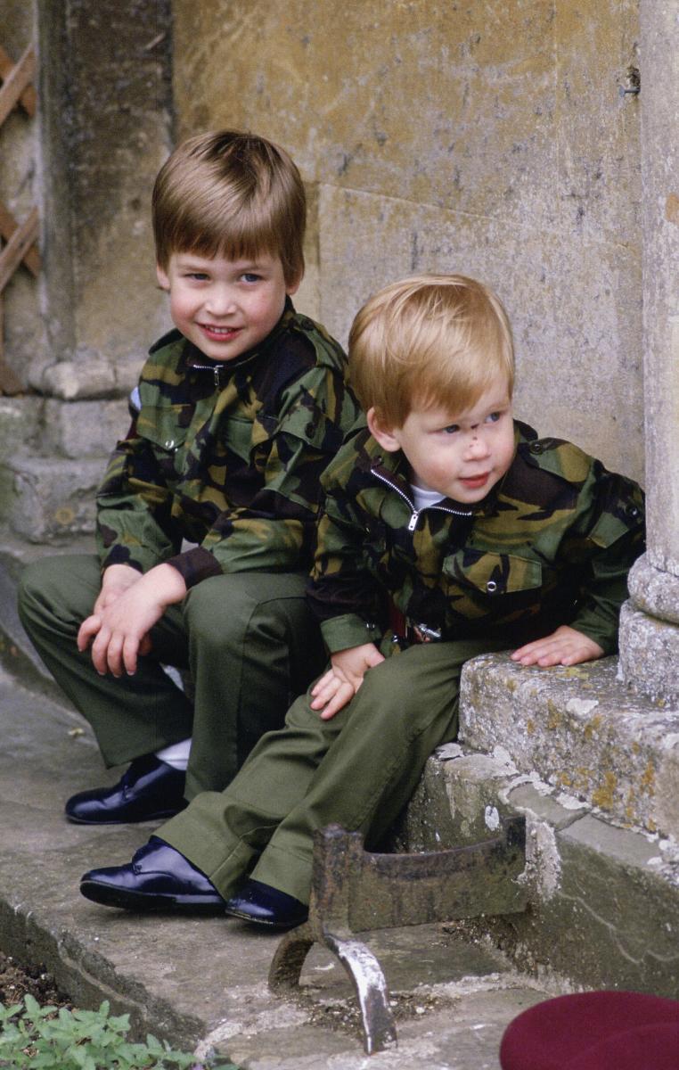 1986年、ミリタリールックのウィリアム王子とヘンリー王子。Photo:Tim Graham Photo Library via Getty Images