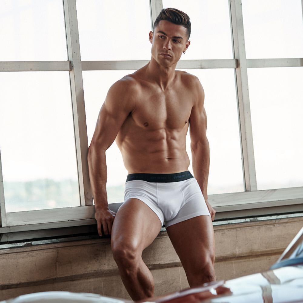 全身くまなく鍛えあげた肉体美を生かし、自身のブランドCR7のアンダーウェアのモデルを自ら務めているクリスティアーノ・ロナウド(35)。新型コロナウイルス感染による隔離期間中もトレーニングは欠かさず、筋肉ボディをキープ。彼の影響でトレーニングにハマったパートナーのジョルジーナ・ロドリゲス(26)もモデルの仕事を始めるなど、美ボディによる経済効果は計り知れない!