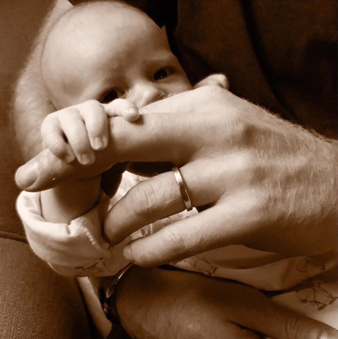 ⑦ヘンリー王子、初めての父の日を迎える! 息子の顔立ちがわかる写真を初公開
