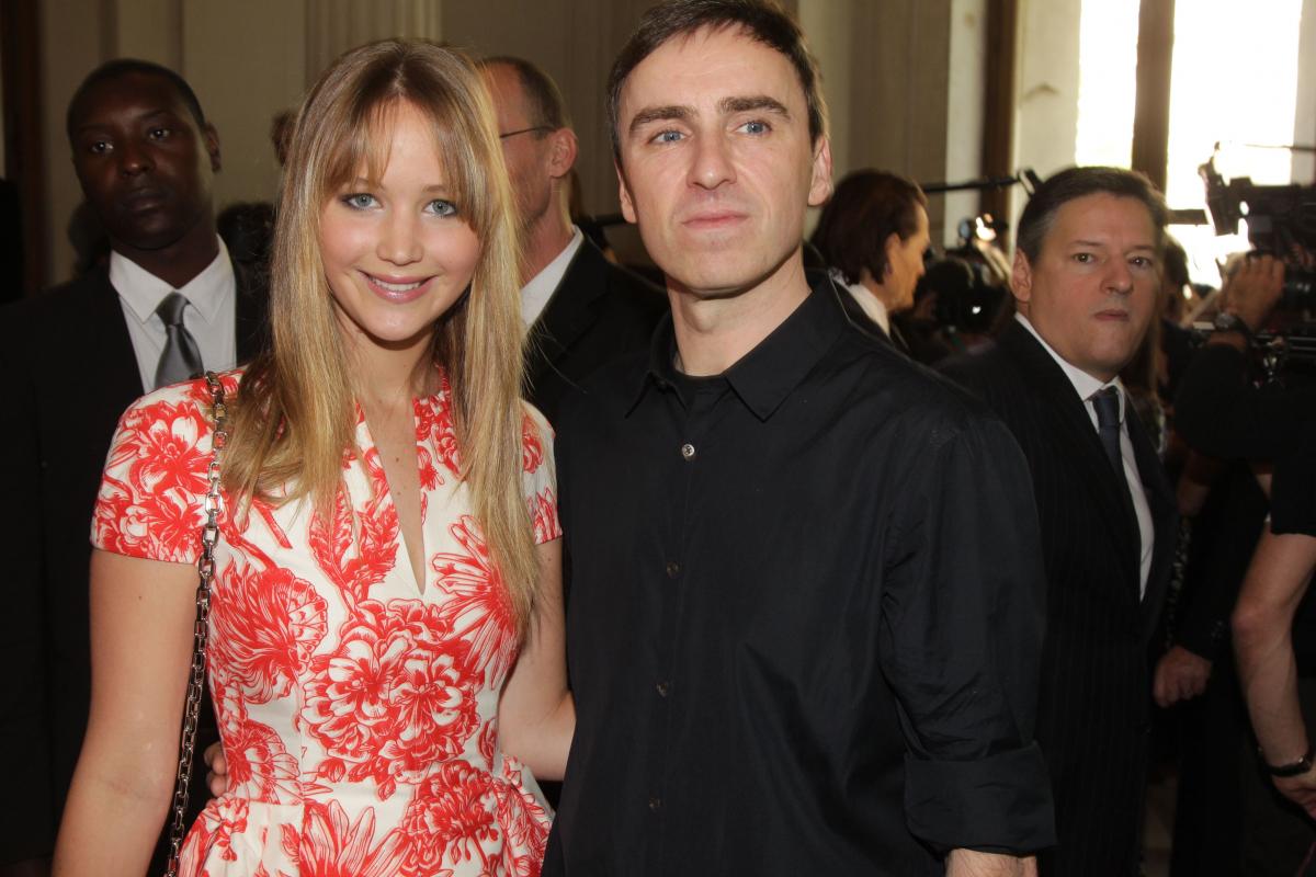 2012年7月、パリで行われたディオールのショーに出席し、デザイナーのラフ・シモンズ(51)と一緒に写真に応えたジェニファー。同年10月にアンバサダーに就任し、以来、レッドカーペットでのドレスはディオールを着用している。