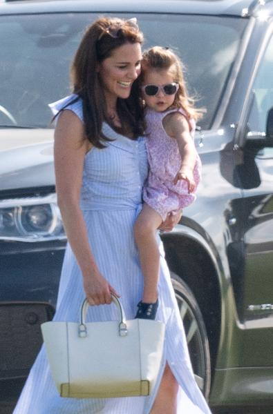キャサリン妃のサングラスをかけた、英シャーロット王女。Photo:Getty Images