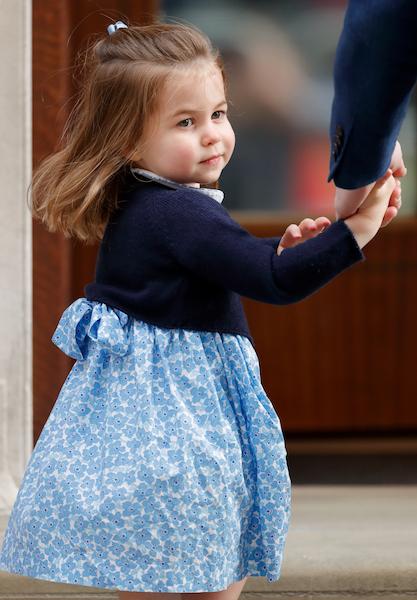父ウィリアム王子に手を引かれる、定番ヘアのシャーロット王女。Photo:Getty Images
