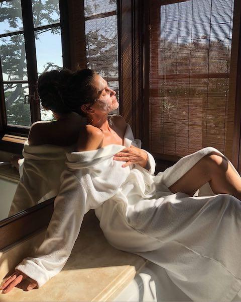 日曜日はシンディ・クロフォード気分で、「Sunday plans...(日曜日の計画…)」。ゆっくりお風呂に入って、バスローブ姿でフェイスマスク。次の1週間に向けて美をチャージして。Photo:Instagram@cindycrawford