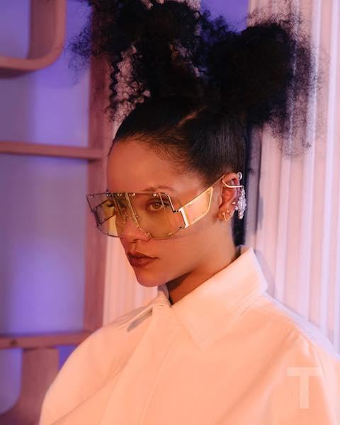 「FENTY」のもうひとつの看板アイテムである、フューチャリスティックなビッグサングラスをかけたリアーナ。Photo:GettyImages