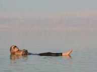 ヒョウ柄水着がいいね!マライアのプカプカ死海美容