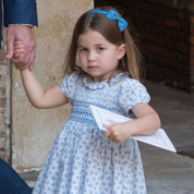 英シャーロット王女、ヘアアレンジを変えただけで大ニュースに
