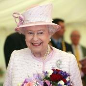 エリザベス女王、手袋の下の品格ネイル