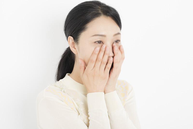2.頬を中心に顔全体を包み込むようにハンドプレス