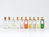 ロエベが創る虹色のフレグランス。色彩豊かなボトルで広がる香りのコレクション