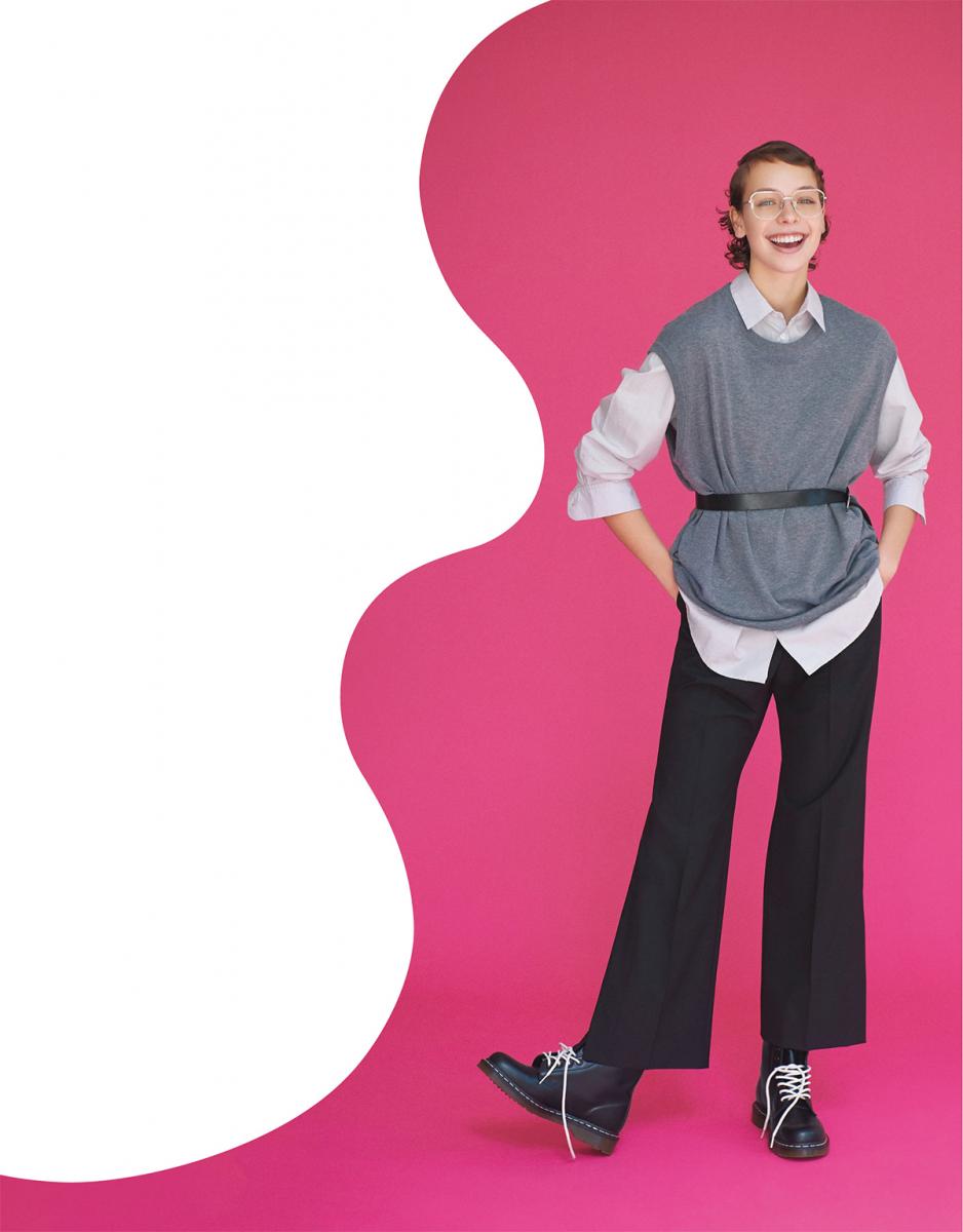 (モデル)ベーシックなアイテムも、少しルーズに着こなせばこなれた印象に。大きなシルバーフレームのメガネやドクターマーチンのブーツに、ひとさじのギーク感を忍ばせて。シャツ¥30,000/メイデン・カンパニー(ヤン マッケンハウアー) ベスト¥24,000/グラフペーパー パンツ¥30,000/エスティーム プレス(リベルム)ベルト¥28,000/イザベル マラン(イザベル マラン エトワール) メガネ¥29,000/ブラン 靴¥24,000/ドクターマーチン・エアウエア ジャパン(ドクターマーチン)