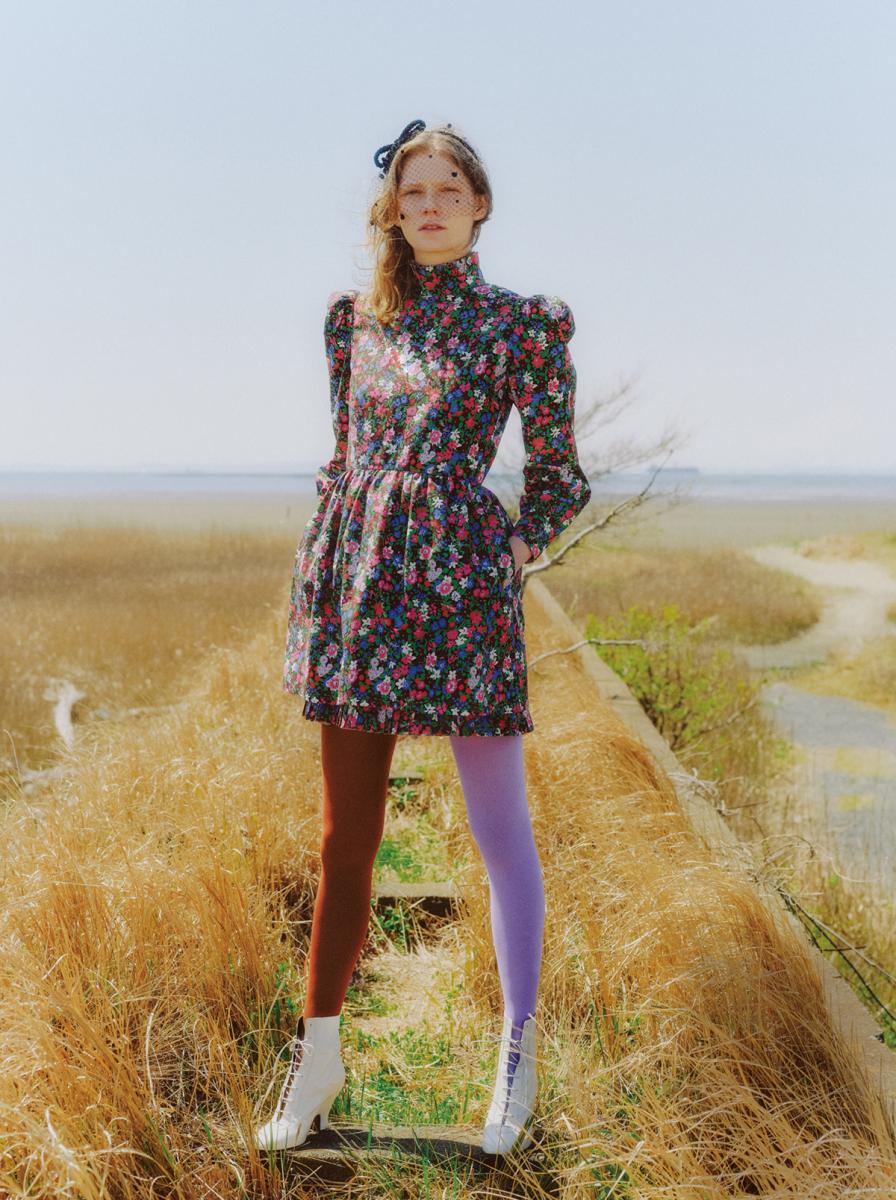 ドレス¥93,000・ヘッドバンド¥26,000・タイツ(参考色)¥14,000・ブーツ〈ヒール9㎝〉¥79,000/マークジェイコブス カスタマーセンター(マーク ジェイコブス)