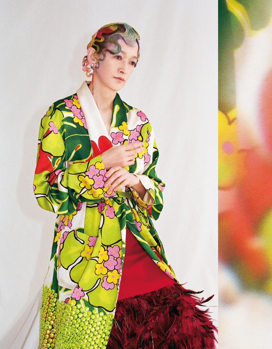 ガウン¥253,000・スカート¥114,000/ドリス ヴァン ノッテン ピアス¥56,000/エスケーパーズオンライン(ソフィー ブハイ)