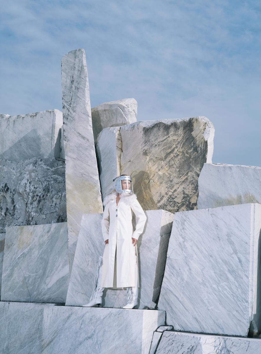大理石で埋もれた地球にエイリアンが舞い降りた
