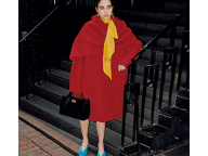 レディなコートは、襟もと、足もとにアクセント