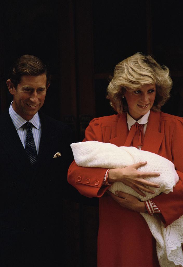 第二子のハリー王子を出産後、病院を後にするチャールズ皇太子&ダイアナ元妃。(1984年) Photo : Getty Images