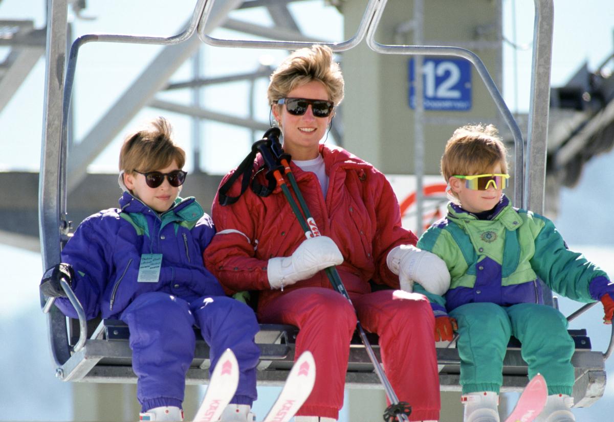 オーストリアで、スキーを楽しんだ一家。王子ふたりが抜群の運動神経を誇るのは、幼い頃から数多くのスポーツを経験してきたおかげと言えそう?(1991年) Photo : Getty Images