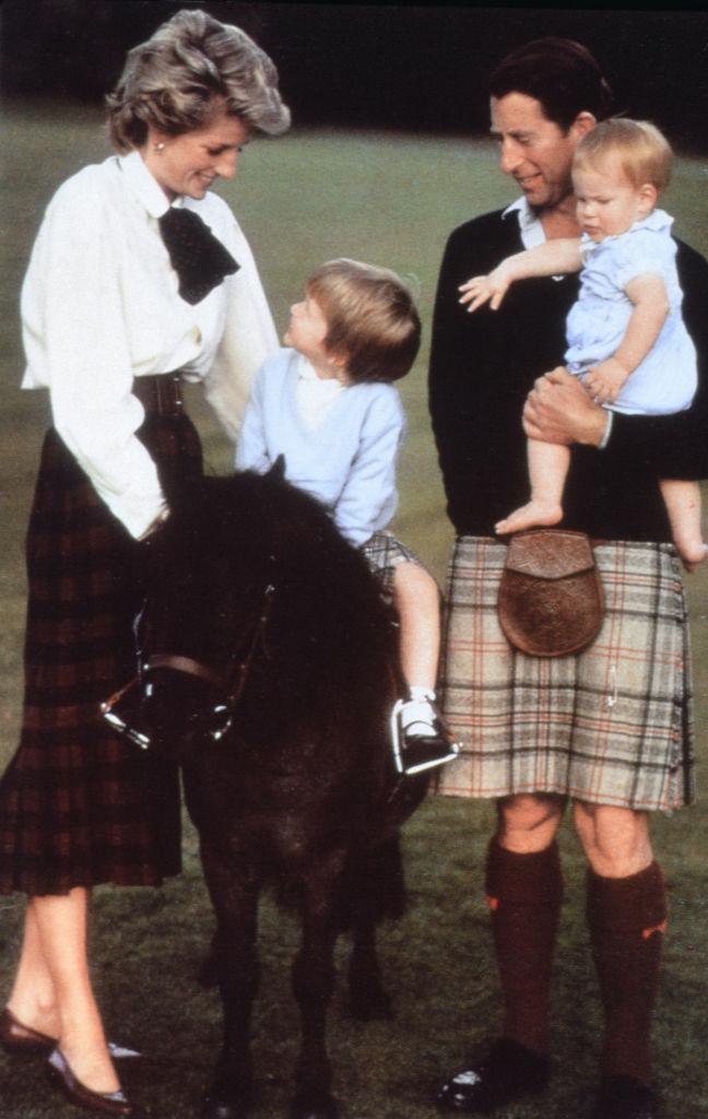 スコットランドのアバディーンシャーにあるバルモラル城で、一家団らんのひととき。ポニーに乗り、ご満悦な様子のウィリアム王子。(1988年) Photo : Getty Images