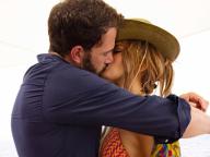 ジェニファー・ロペス、52歳の誕生日にベン・アフレックとの熱烈キス写真を投稿! 「奇跡のビキニ姿」とともに話題を独占