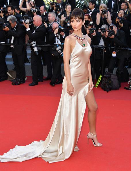 4812e4a3d669f そんな彼女が選んだのは、ツインセットのドレス。ブルガリのボリューミィなジュエリーがシンプルなドレスの美しさをさらに引き立てる。