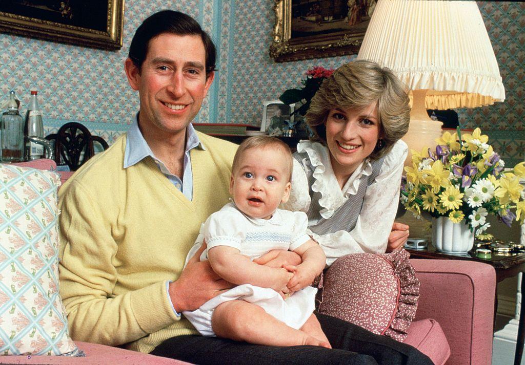 邸宅であるケンジントン宮殿にて撮影された、ファミリーフォト。現在のスリムな姿からは想像できない、ぽっちゃり体型だったウィリアム王子。(1983年) Photo : Getty Images