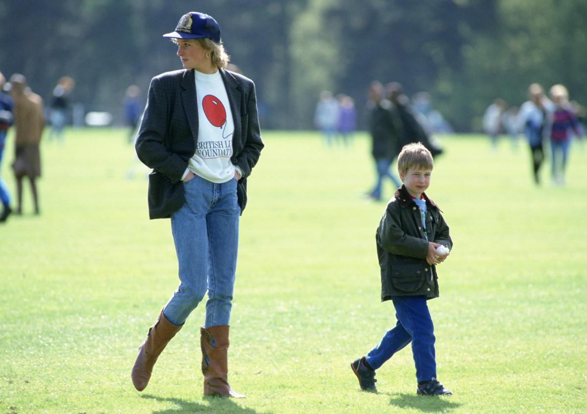 バークシャー州にある「ガーズ・ポロ・クラブ」を、ウィリアム王子を連れて訪問。細身のデニムで、長い脚を強調したダイアナ元妃。カジュアルな装いながら、圧倒的なオーラを放った。(1988年) Photo : Getty Images