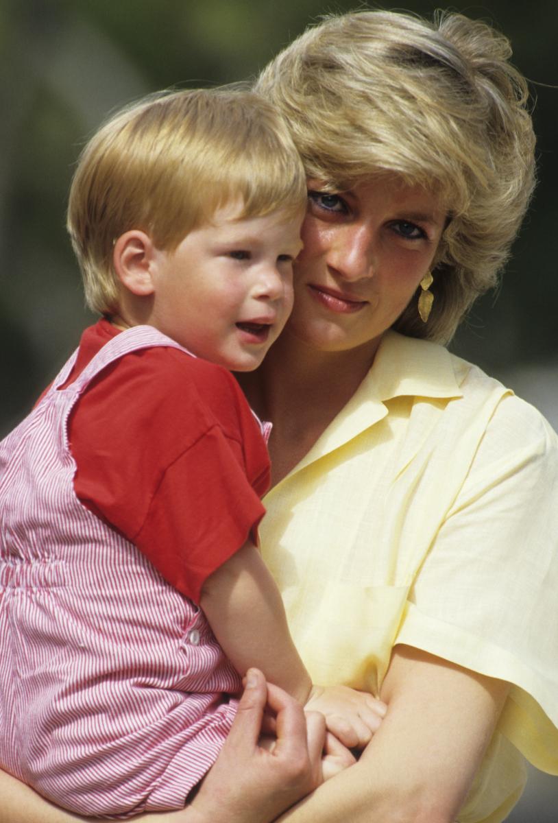 1987年に撮影された1枚。頬を寄せ合うヘンリー王子&ダイアナ元妃。
