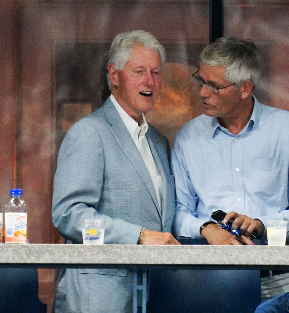 各界の大物が集う会場には、元米大統領のビル・クリントン(72)の姿も! 淡いブルーのジャケットが、ロマンスグレーのヘアにお似合い。