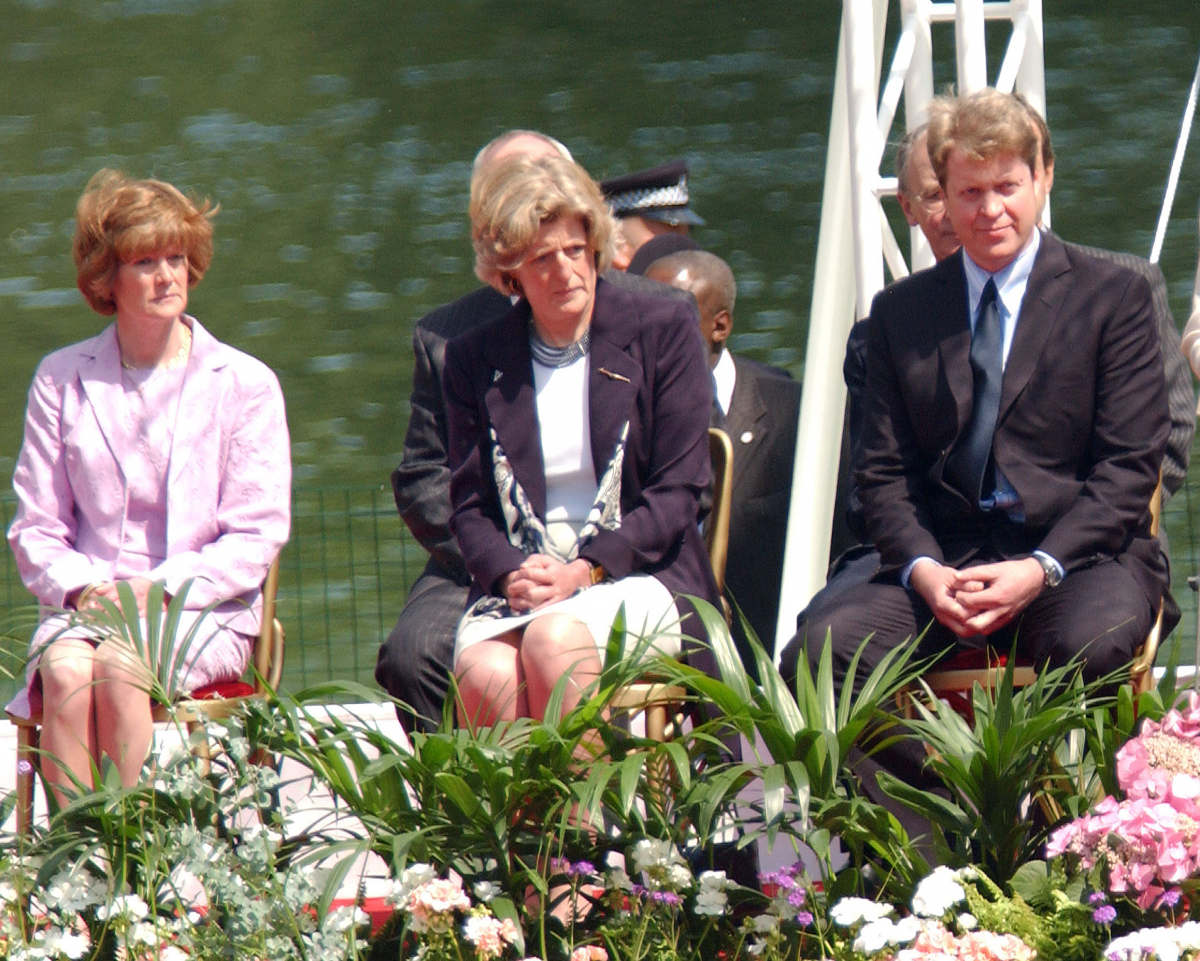 2004年に開催された、ダイアナ元妃の追悼イベントにて。(写真右から)第9代チャールズ・スペンサー伯爵、レディ・ジェーン・フェローズ、レディ・セーラ・マッコーコデール。