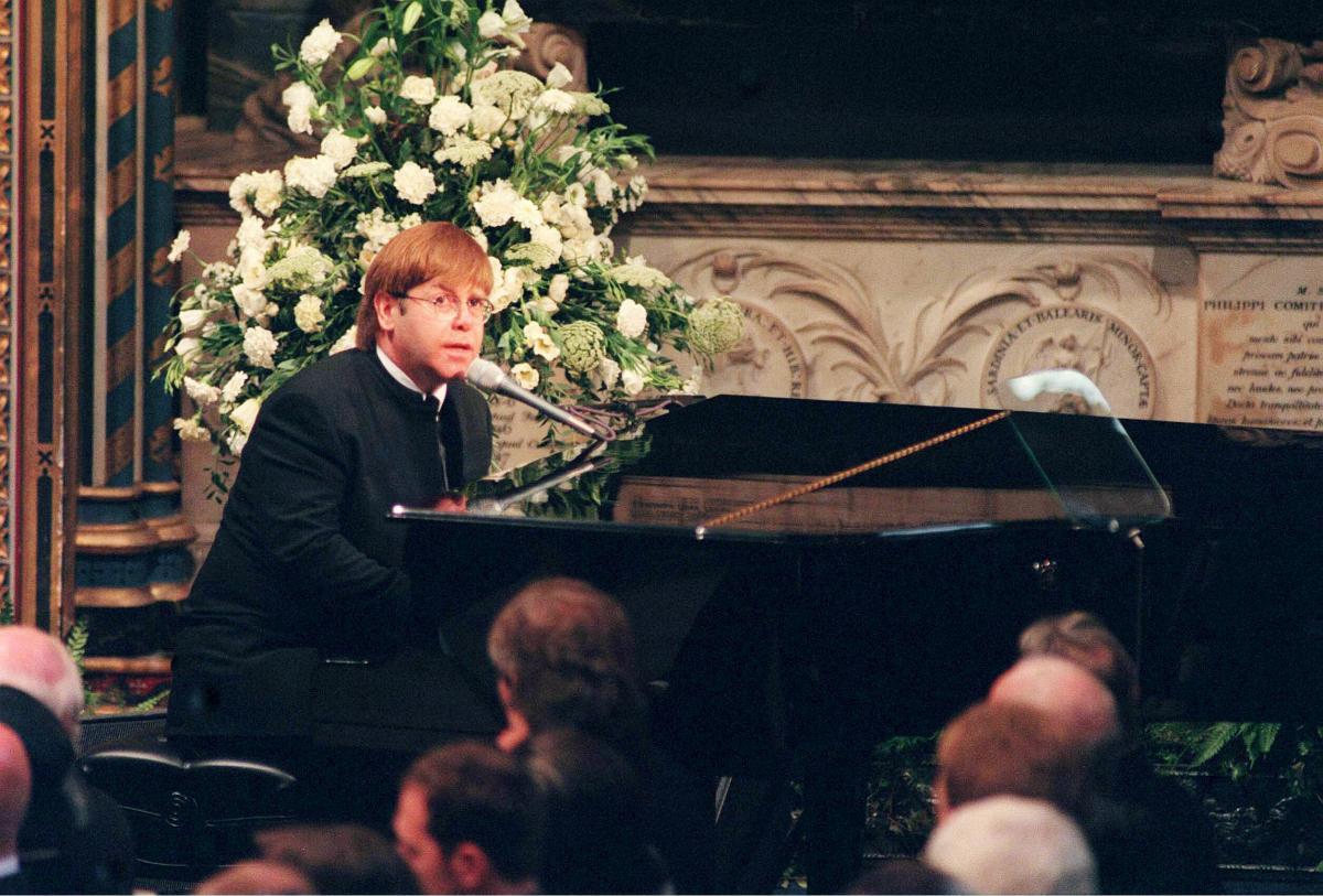 1997年のダイアナ元妃の葬式では、壇上で自身の名曲『キャンドル・イン・ザ・ウィンド』を捧げた。