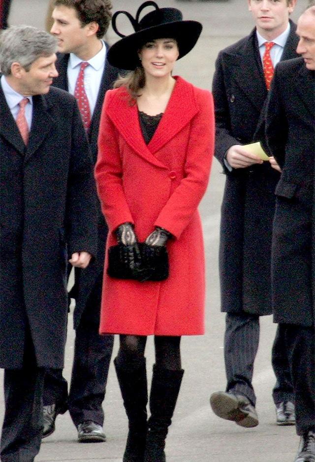 ウィリアム王子が入学したサンドハースト王立陸軍士官学校のパレードには、赤いコートとブラックのハットでひと際大きな存在感を放っていた(2006年) ©Alpha Press/amanaimage