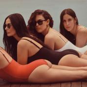 デミ・ムーア58歳、娘たちと並んだ水着ショットに「まるで4姉妹!」と驚きの声が続出