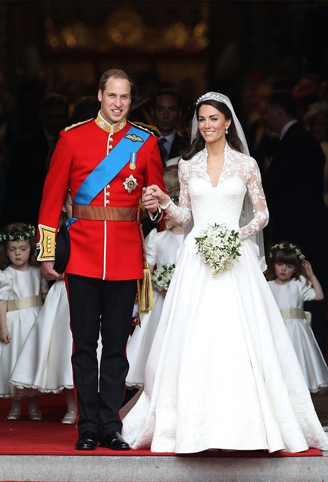 ケンブリッジ公ウィリアムとのロイヤル・ウェディングを果たしたケイトは、「ケンブリッジ公爵夫人キャサリン」に。ドレスはアレキサンダー・マックイーンのサラ・バートンがデザインし、大きな話題を呼んだ(2011年) ©Getty Images