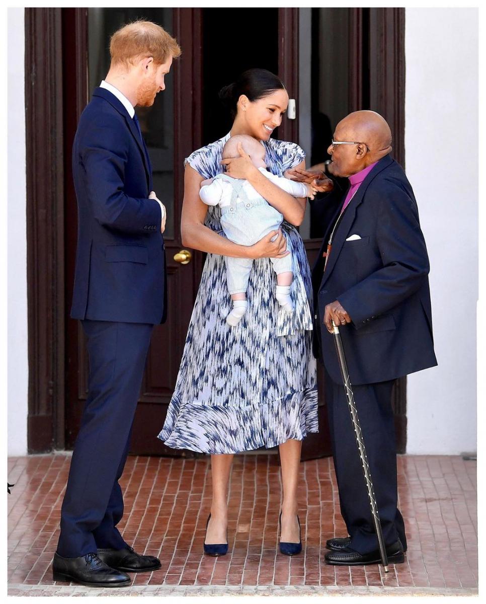 人権活動家のデスモンド・ツツ元大主教と面会したヘンリー王子一家。