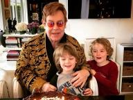 祝! エルトン・ジョン70歳の誕生日パーティに豪華スターが集結