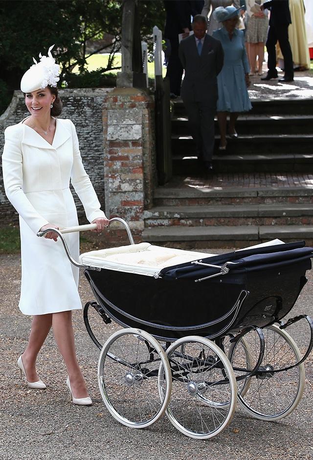 5月に第二子となる長女シャーロット妃が誕生。アレキサンダー・マックイーンの真っ白なドレスで洗礼式へ(2015年) ©Getty Images