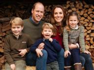 シャーロット王女、キャサリン妃とおそろいのブーツで笑顔! ウィリアム王子が最新ファミリーポートレートを公開