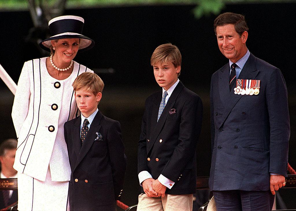 ロンドンで開催されたパレードを観覧する一家。当時、ウィリアム王子12歳、ハリー王子9歳。背が伸びて、グッと大人びた印象。この2年後に、夫妻は破局を迎える。(1994年) Photo : Getty Images