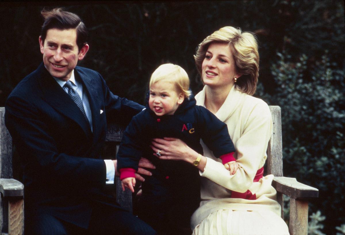 ダイアナ妃がこよなく愛し、息子たちとともに多くの時間を過ごした場所として有名な、ケンジントン宮殿の庭園にて。舌を出した表情がチャーミングなウィリアム王子は、当時1歳。(1983年) Photo : Getty Images