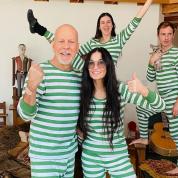 離婚から20年! ブルース・ウィリス&デミ・ムーア元夫婦がおそろいパジャマでポーズ
