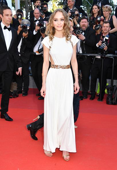 df8bd49f46d29 ゴールドがアクセントとなった真っ白なドレスを着こなす彼女は、コレクションのテーマとなっている「ギリシャの女神」そのもの!
