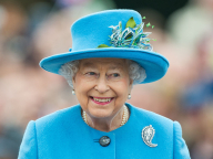エリザベス女王のドレスが、ゲストとカブった! 偶然のマッチングコーデに話題騒然