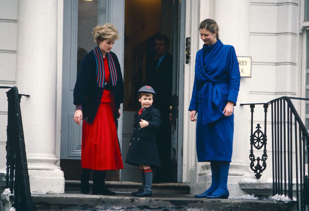 ロンドンのノッティング・ヒルにある名門校、ウェザービー・スクールへ入学したウィリアム王子。初登校の朝、どこか誇らしげな表情を浮かべている。(1987年) Photo : Getty Images