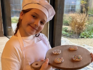 デヴィッド・ベッカム、末娘ハーパーのちびっ子パティシエ姿にメロメロ! クッキー作りの様子をレポート