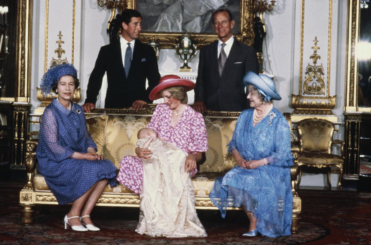 チャールズ皇太子&ダイアナ元妃の第一子、ウィリアム王子の洗礼式にて。写真前列右から:エリザベス王太后、ダイアナ元妃&ウィリアム王子、エリザベス女王、後列右から:フィリップ殿下、チャールズ皇太子。(1982年) Photo : Getty Images