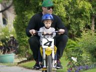 ジェイソン・ステイサム、2歳の息子にアクションスターの英才教育? バイクの乗り方を伝授!