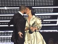 真剣交際の噂は確実!? リアーナ&ドレイク、ステージ上でまたもやキス!