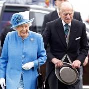 エリザベス女王が、69年間連れ添った夫と手をつながない理由が明かされる