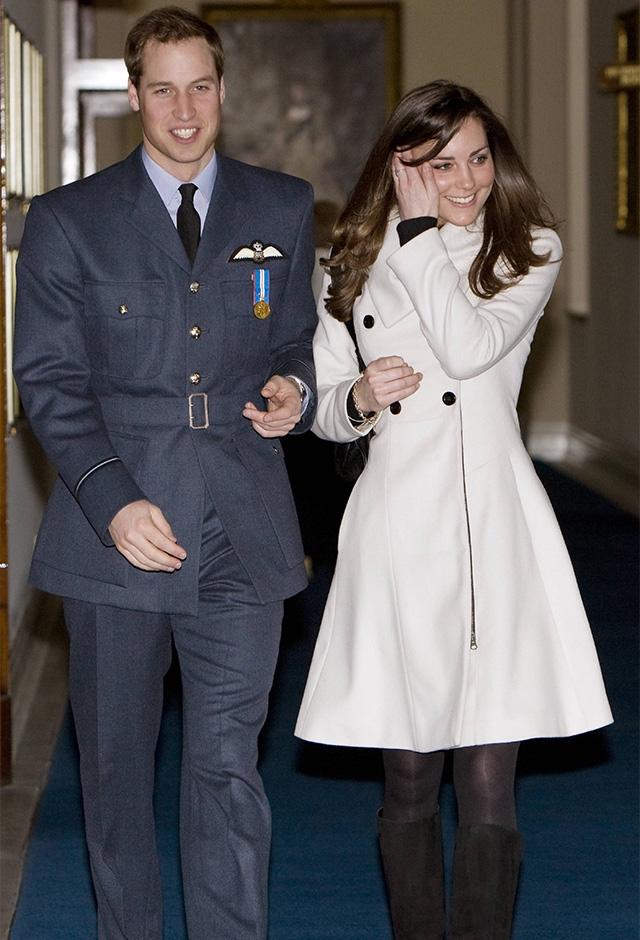 ロンドン発のブランドREISSのコートを着て、交際中のウィリアム王子とともに王立空軍(RAF)式典に出席(2008年) ©ZUMA Press/amanaimages