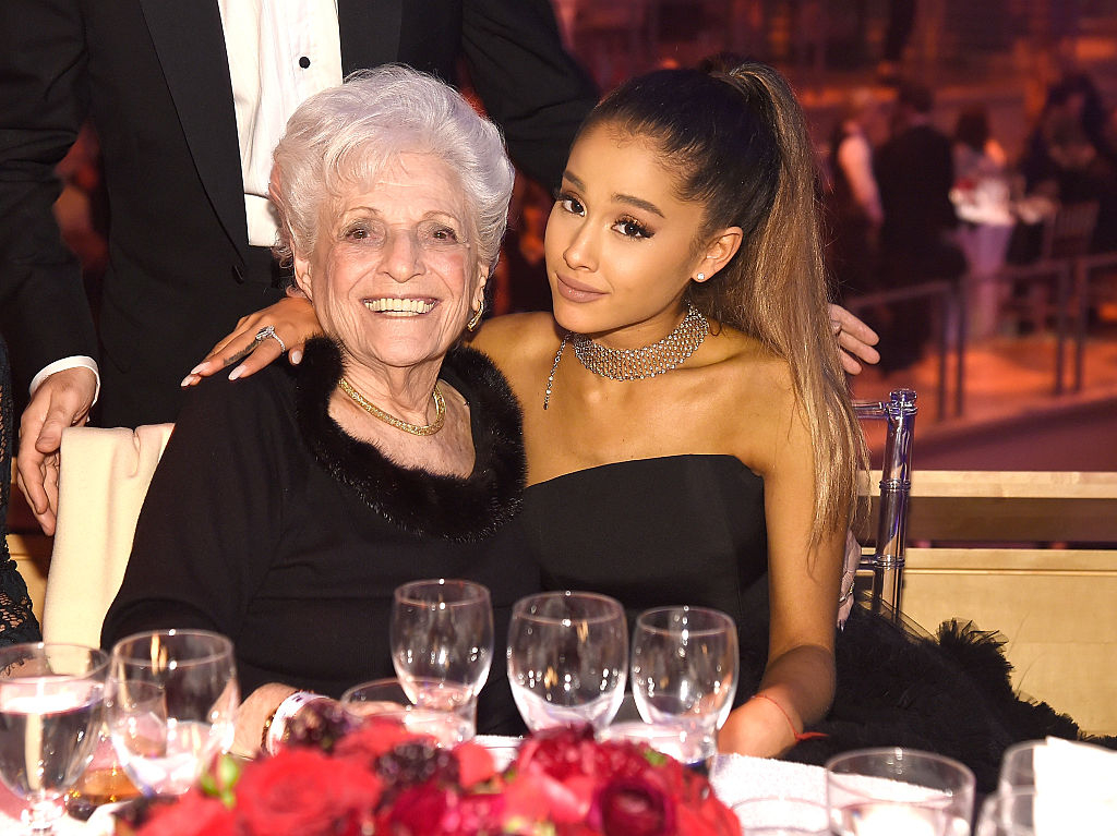 ④アリアナ・グランデ、93歳の祖母と一緒にタトゥーをゲット!
